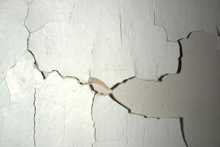 peeling defects in plaster