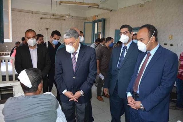 محافظ المنيا يطمئن على مصابي حادث انقلاب سيارة.