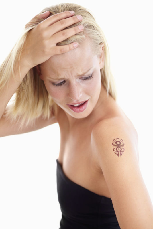 chica arrepentida de sus tatuaje
