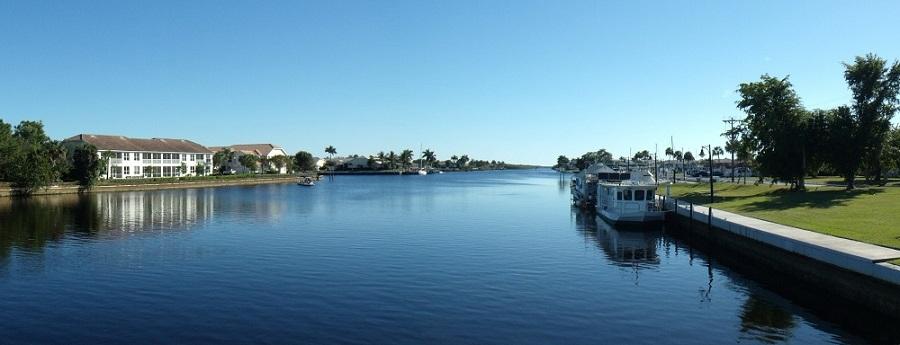 Faka Union Canal que divide Port of the Islands en dos. La marina está al fondo a la derecha