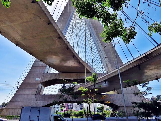 Vista ampla da base do mastro da Ponte Octávio Frias de Oliveira - Ponte Estaiada - Jardim Panorama - São Paulo