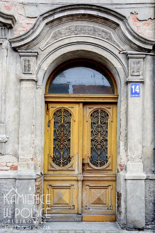 Mieszkowice. Kamienica. Ozdobne przedwojenne drzwi.