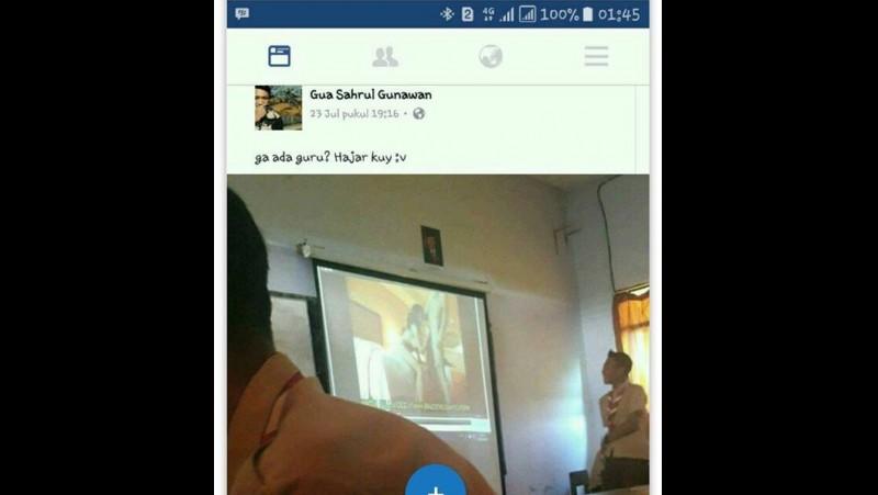 Siswa menonton film porno via proyektor dalam kelas