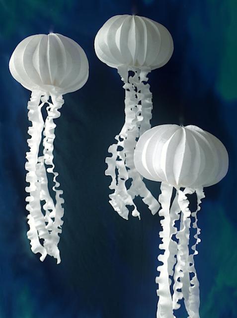 Allestimenti di carta a tema marino: meduse luminescenti, pesci mante, coralli