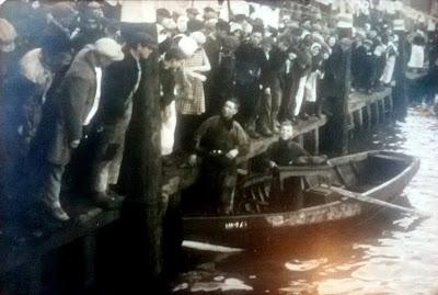 Reijer Pos(t) met zoon en biljart in de haven van Urk 9-12-1931