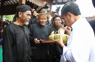 presiden jokowi minum air buah kelapa