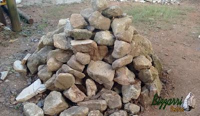 Pedras para caminho de pedra, tipo chapa de pedra moledo com tamanhos variados. Pedra para assentamento com massa de cimento com juntas de 2 cm a 5 cm.