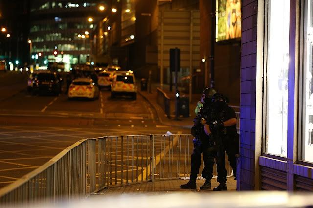 Um homem de 23 anos foi detido nesta terça-feira (23/05) pela polícia de Manchester, no Reino Unido. De acordo com os policiais, ele teria algum tipo de relação com o atentado ocorrido nesta segunda-feira (22/05) à noite na Manchester Arena. No ataque, ocorrido ao término de um show da cantora norte-americana Ariana Grande, 22 pessoas morreram, entre elas crianças, e 59 ficaram feridas. Os sobreviventes estão sendo atendidos em hospitais da região metropolitana de Manchester.