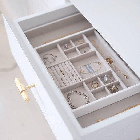 przechowywanie biżuterii w szufladzie