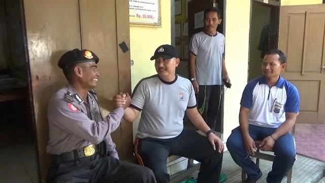 Seorang Polisi Rela Menjadi Pemungut Sampah