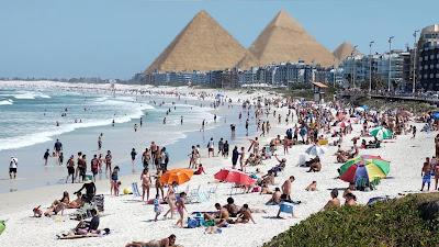 Foto da maior praia de Cabo frio com pirâmides atrás