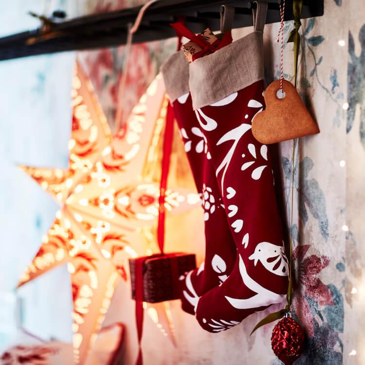 adornos navideños, botas colgadas, estrellas luminosas, Navidad.