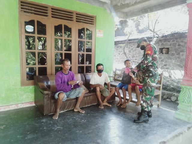 Antisipasi Penyebaran Covid 19 Babinsa Koramil Jogonalan Membagikan Masker