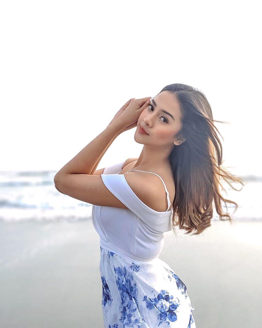 Anya Geraldine cantik dan seksi pantai Karing