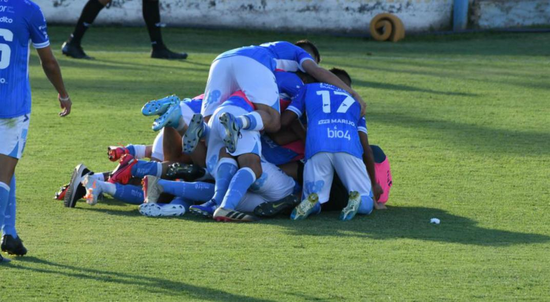 Estudiantes de Río Cuarto goleó y jugará la final por el ascenso