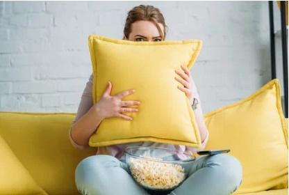 Benarkah Menonton Film Horor dan Komedi Percepat Penuaan Dini?