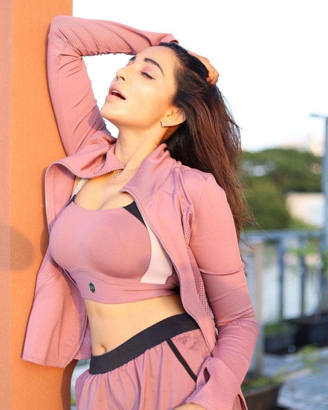 Actress Parvati Nair Latest Hot Photos