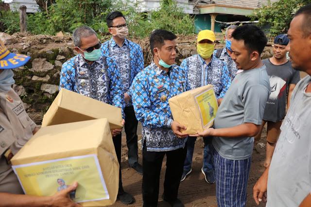 Viral Petang (02/04/2020) BANDAR LAMPUNG ----- Ketua  Umum Lembaga Koordinasi Kesejahteraan Sosial (LKKS) Provinsi Lampung Ibu Riana Sari Arinal menyerahkan secara simbolis bantuan sosial 100 paket sembako untuk korban bencana banjir Teluk Betung Timur