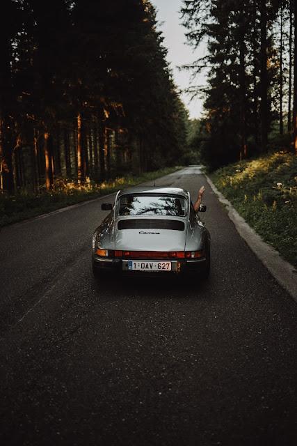 mobil yang sedang dalam perjalanan