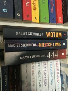"""na dzień dzisiejszy komplet, czyli """"444"""", """"Miejsce i imię"""" i """"Wotum"""" Macieja Siembieda, fot. paratexterka ©"""