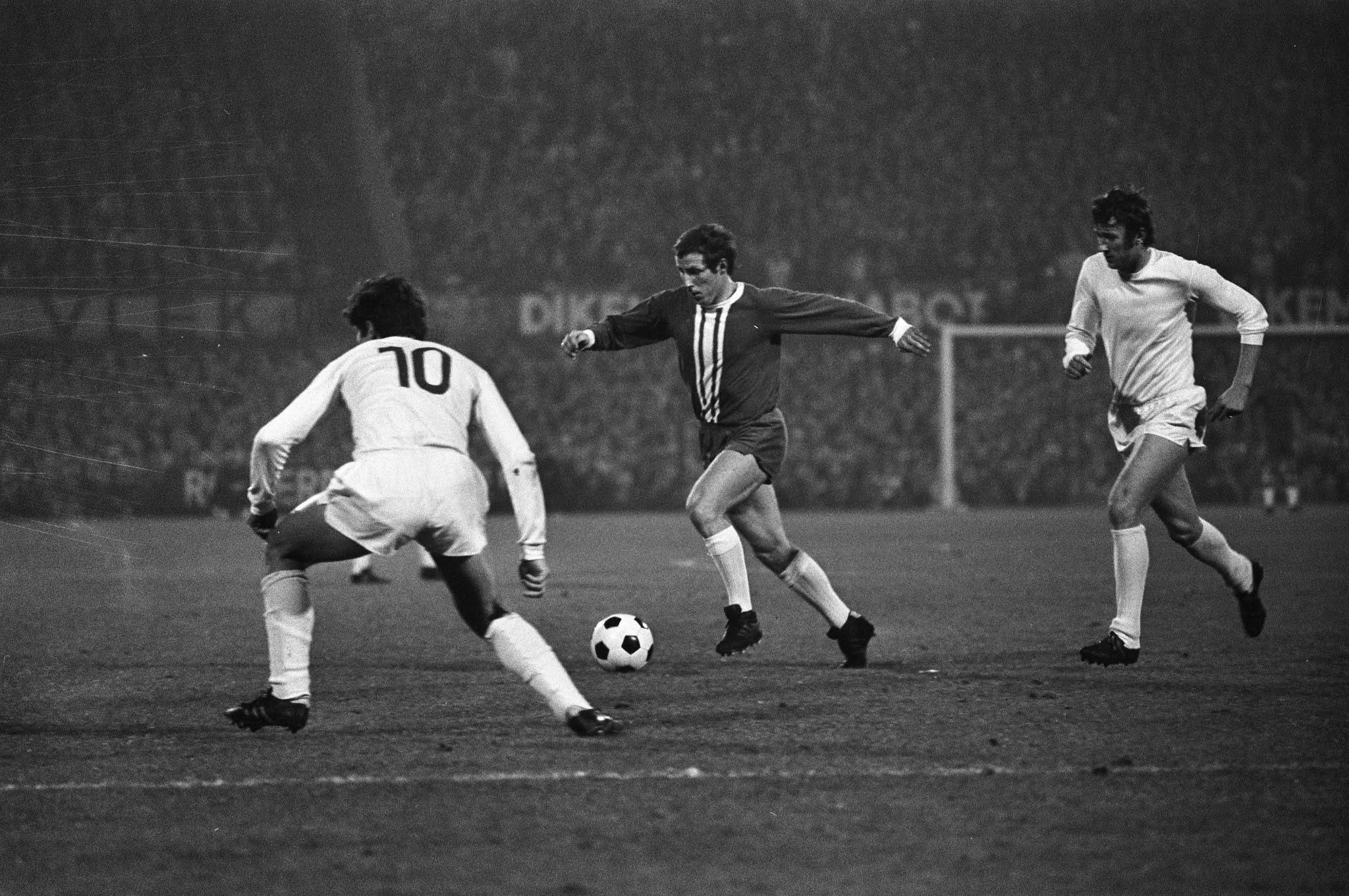 Dick Schneider namens Feyenoord aan de bal tegen Dinamo Boekarest