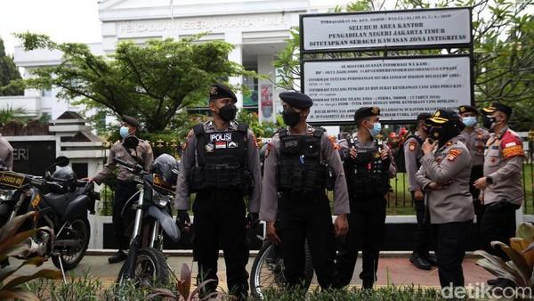 Tertahan di Luar PN Jaktim, Pengacara Habib Rizieq Adu Argumen dengan Polisi!