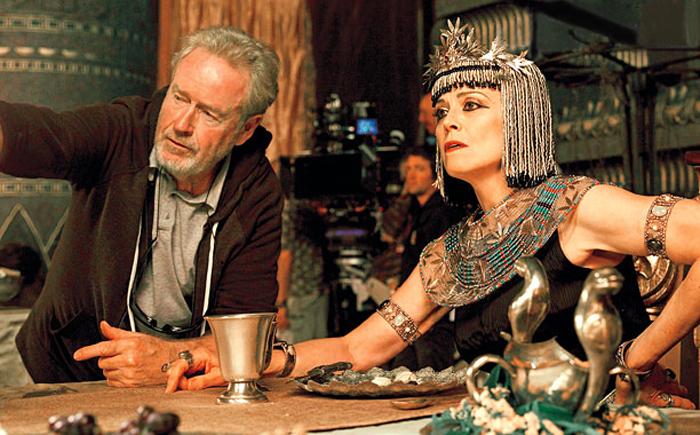 Regizorul Ridley Scott şi Sigourney Weaver la filmările pentru Exodus: Gods And Kings