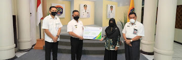 Wali Kota Tarakan Menyerahkan Secara Simbolis Santunan Jaminan Kematian Alm. Safran dari BPJS Ketenagakerjaan