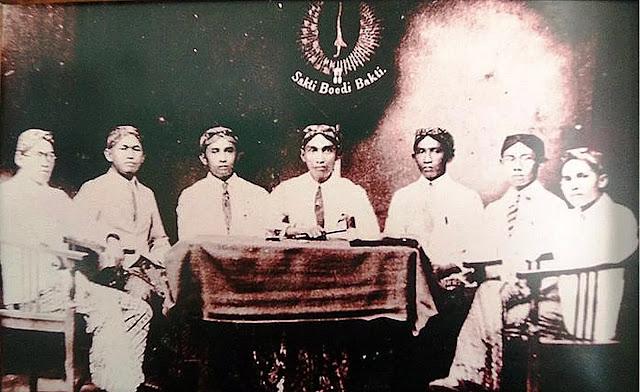 Sumpah pemuda telah diikrarkan. Sejak Kongres Pemuda 28 Oktober 1928, semangat untuk bersatu kian membara. Semua pihak berusaha menumbuhkan semangat persatuan dan kesatuan. Untuk memperjuangkan cita-cita bersama, mereka juga rela berkorban. Hasinya Bangsa Indonesia berhasil memproklamasikan kemerdekaan pada 17 Agustus 1945.