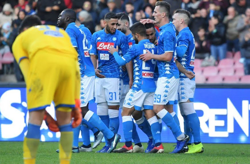 Napoli a rullo sul Frosinone: poker firmato Milik Ounas Zielinski, si resta a -8 dalla Juve in classifica.