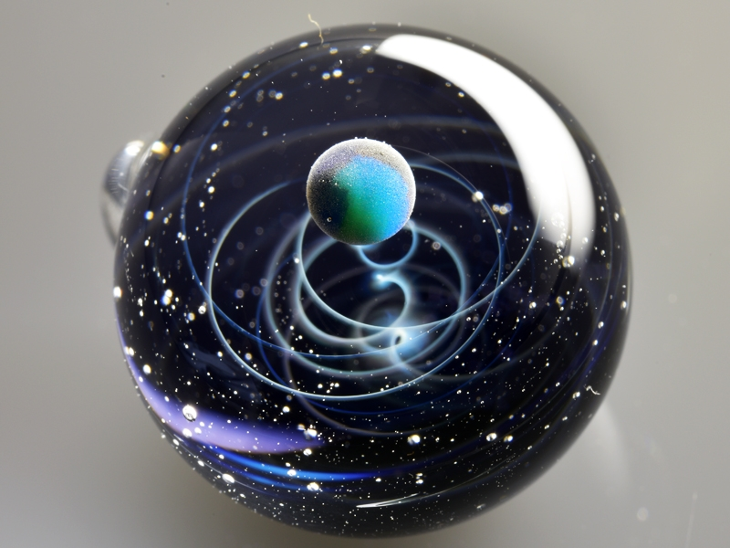 03-Satoshi-Tomizu-とみず-さとし-Galaxies-Sculpted-in-Space-Glass-Globes-www-designstack-co