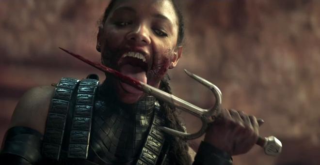 luchadora en Mortal Kombat lamiendo cuchillo