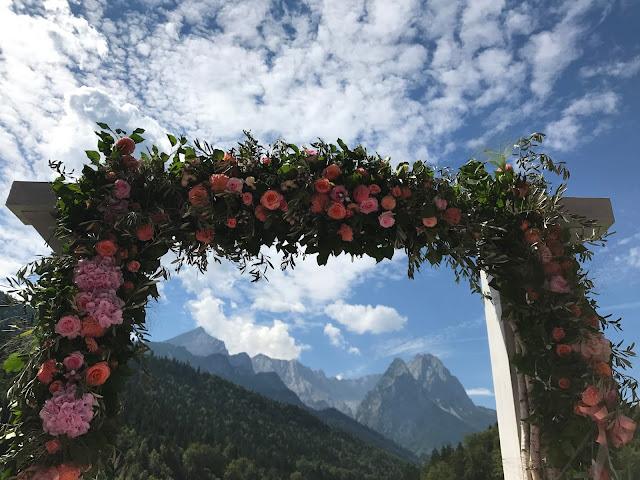 Torbogen freie Trauung, Happy colors summer wedding lake-side in the Bavarian mountains, fröhliche Sommerfarbenhochzeit am Riessersee in Garmisch-Partenkirchen, Bayern