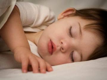 10نصائح لتعويد طفلك علي النوم المبكر