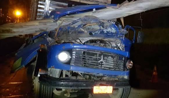 Árvore cai sobre boleia de caminhão e mata adolescente no Distrito de Extrema