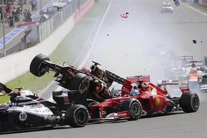 Grosjean impacta con Alonso