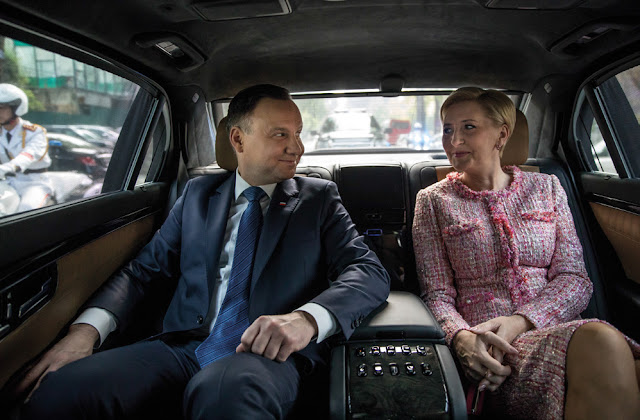 Prezydent Andrzej Duda z żoną siedzą uśmiechnięci w limuzynie