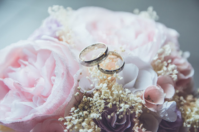 Wedding bouquet and rings:Photo by Beatriz Pérez Moya on Unsplash