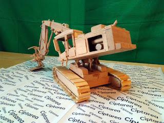 Miniatur Caterpillar Excavator dari bahan kayu