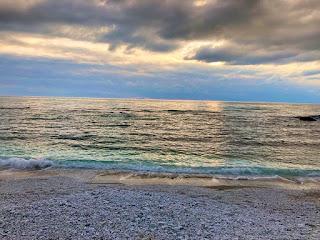 ピサ海岸から見る海