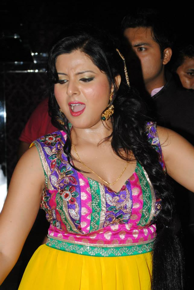 Smrity Sinha Navel Show Image, Smrity Sinha  Dance in Birthday Party Photo