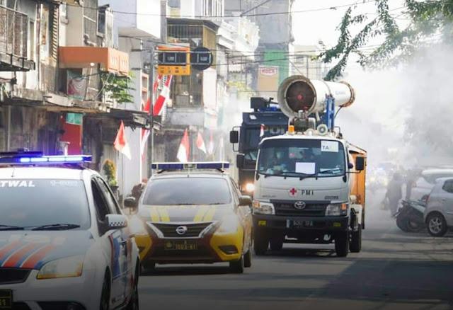 Mojokerto - majalahglobal.com : Penyemprotan disinfektan sebagai upaya penanganan covid-19 di Kota Mojokerto kembali dilakukan. Kali ini Pemerintah Kota Mojokerto bersama TNI-Polri dan PMI Kota Mojokerto melakukan penyemprotan disinfektan dengan menggunakan mobil gunner PMI Provinsi Jawa Timur.   Apel Penyemprotan Disinfektan dengan armada gunner dipimpin oleh Wali kota Mojokerto, Ika Puspitasari di Kantor PMI Jl.Hayam Wuruk No.2 Kota Mojokerto pada hari Senin (10/8/2020).  Walikota menyampaikan tindakan utama dalam memutuskan rantai Covid-19 di Kota Mojokerto adalah tindakan promotif dan preventif. Kegiatan simultan ini dalam rangka edukasi dan sosialisasi masyarakat terus diupayakan dengan bersinergi dan bergotong royong antar semua unsur di seluruh sektor.  Wali kota yang juga menjabat sebagai Ketua PMI Kota Mojokerto ini menyampaikan, pandemi covid-19 di Kota Mojokerto masih dinamis. Artinya sinergitas harus terus ditingkatkan, tidak boleh lengah dan tidak boleh surut semangat karena sudah  menjadi tugas untuk memberi perlindungan untuk warga Kota Mojokerto.  Penyemprotan dengan mobil gunner akan dilaksanakan selama dua hari. Pada hari pertama, armada pertama melintasi PMI, Jl. Mojopahit, Jl. Raden Wijaya, Jl. Pahlawan, Jl Gajah Mada, Jl. Pemuda, Jl. Letkol Sumarjo, Jl. Ayani, PMI.  Sedangkan armada kedua akan melintasi PMI, Jl. Mojopahit, Jl Bhayangkara, Jl. PB Sudirman, Letkol Sumarjo, Jl . Hayam wuruk, Jl. Gajahmada, Jl Pahlawan , Jl Raden Wijaya(nihil semprot),  Jl. Mojopahit, Jl. Brawijaya dan kembali ke PMI. (Jayak)