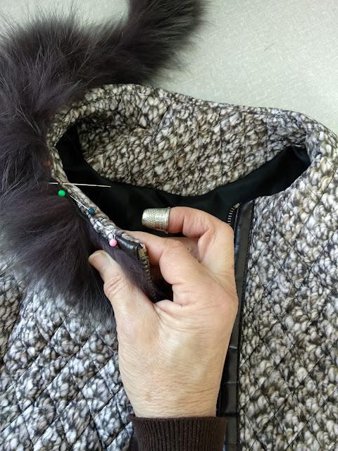 coser cuello de pelo en un abrigo