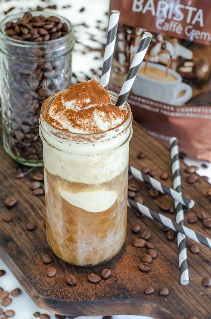 köstlicher Eiskaffee mit Vanilleeis, Sahne und Kakaopulver