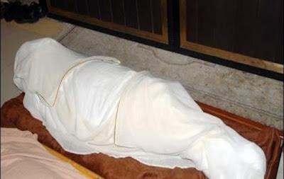 عجزت المغسلة ان تغلق عينها بعد الموت فجاءت ابنتها واغلقت عينها بطريقة غير متوقعه