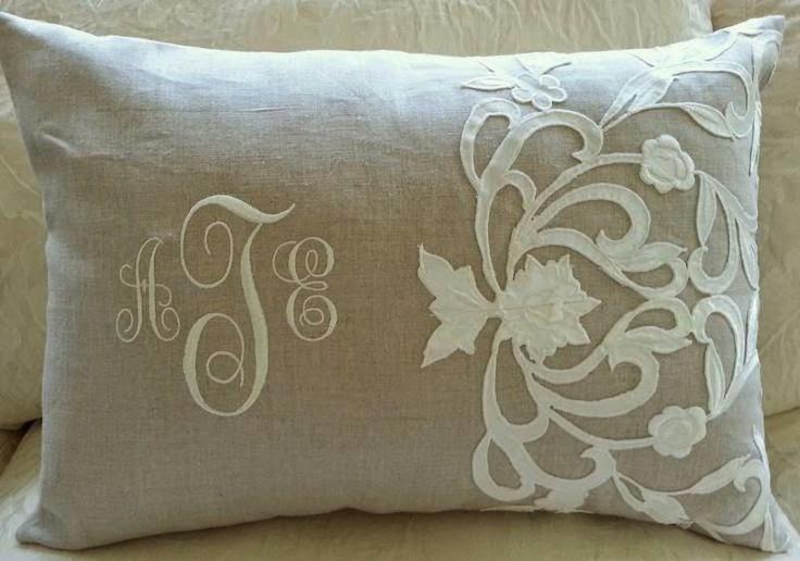 plocienna poduszka z monogramem i koronka