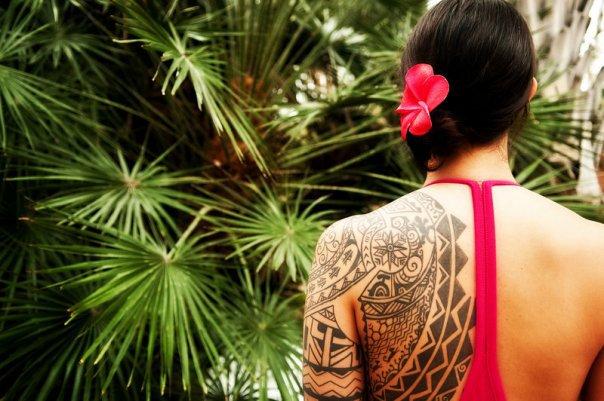 chica con tatuaje maori en la espalda