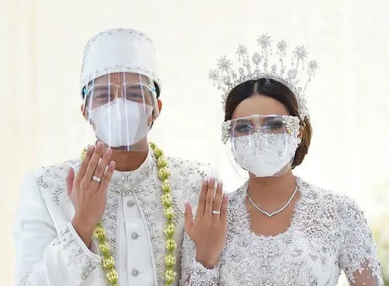 Beramal Sebelum Bersenang-Senang, Pasangan Baru Suami Istri Ini Sempatkan Buka Donasi Untuk Korban Banjir Bandang Di NTT