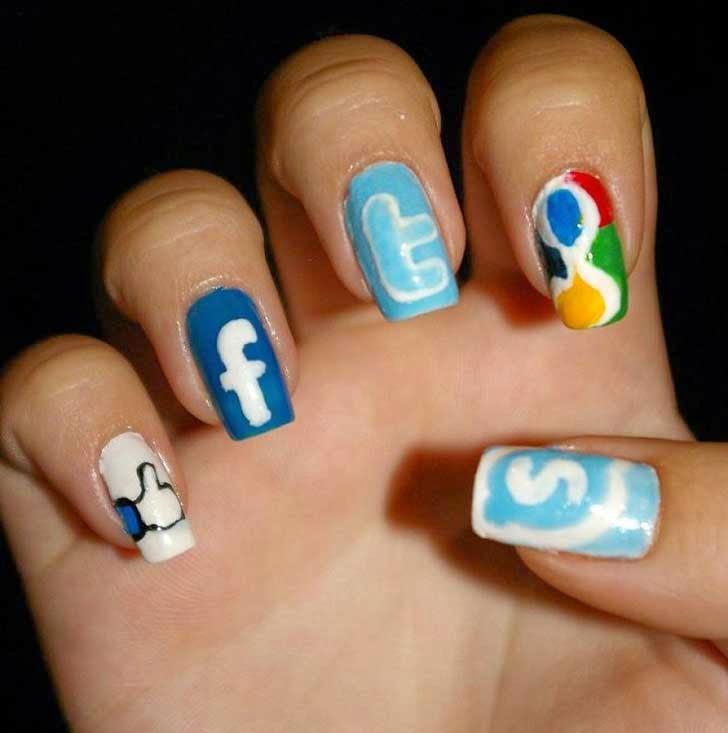 Uñas decoradas al estilo redes sociales.