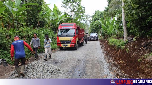 Pengerjaan Ruas Maja - Kalimiring Terkesan Asal-asalan, Anggota DPRD Lampung Ragukan Hasil Kualitas Jalan